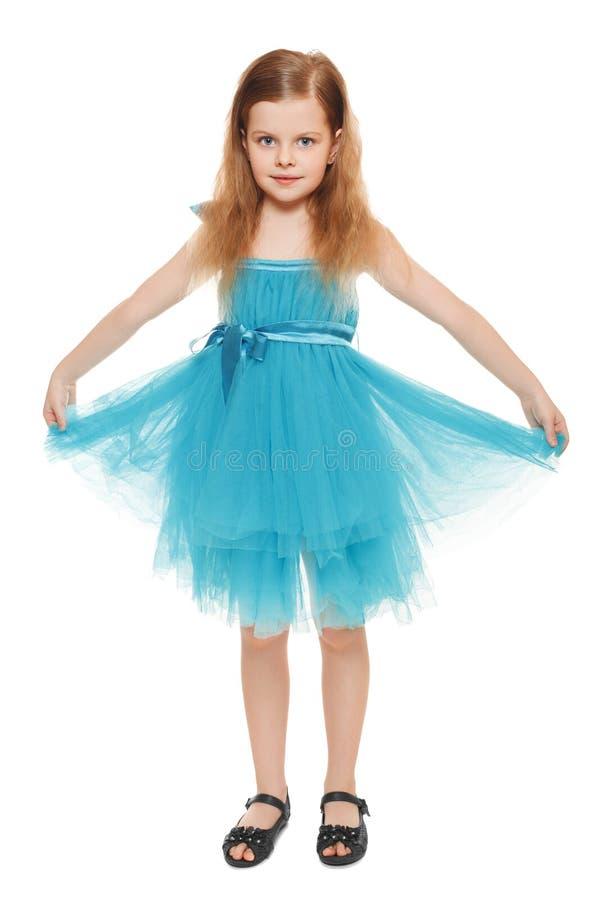 Πλήρες μήκος ένα λατρευτό μικρό κορίτσι στο μπλε φόρεμα, που απομονώνεται στο άσπρο υπόβαθρο στοκ φωτογραφία