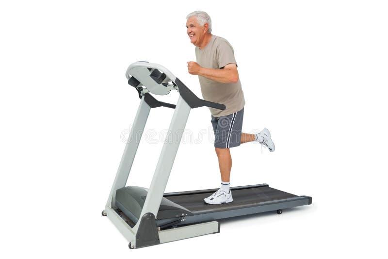 Πλήρες μήκος ενός ανώτερου ατόμου που τρέχει treadmill στοκ εικόνες