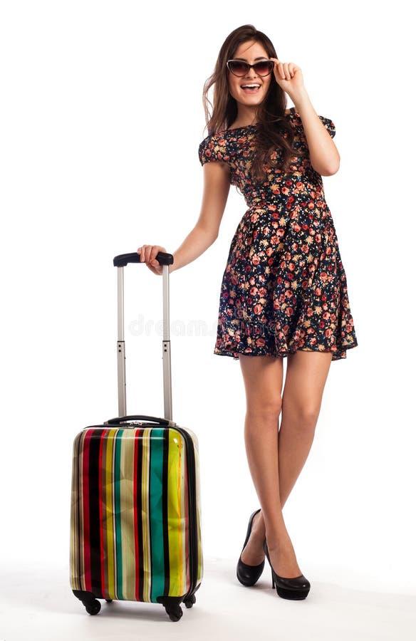 Πλήρες μήκος της περιστασιακής γυναίκας που στέκεται με τη βαλίτσα ταξιδιού στοκ εικόνες
