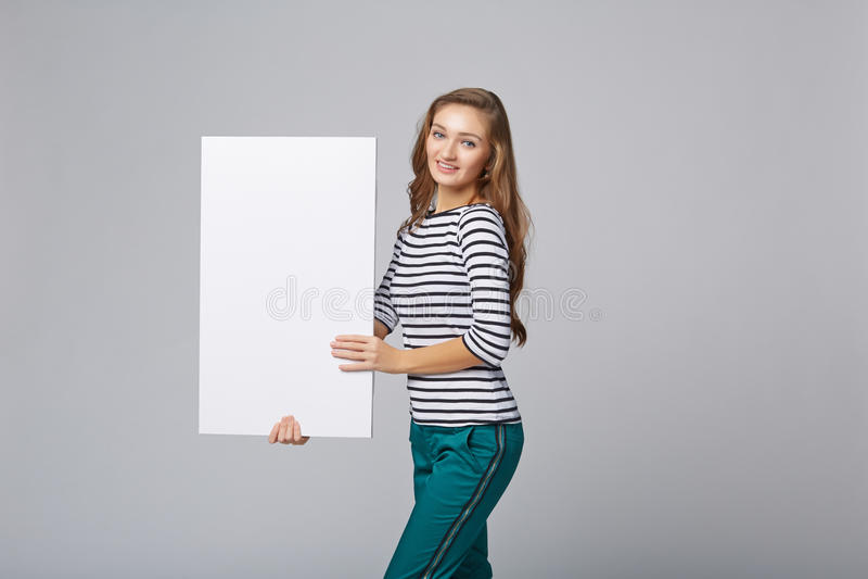 Πλήρες μήκος της όμορφης γυναίκας που στέκεται πίσω, που κρατά το άσπρο BL στοκ φωτογραφίες με δικαίωμα ελεύθερης χρήσης