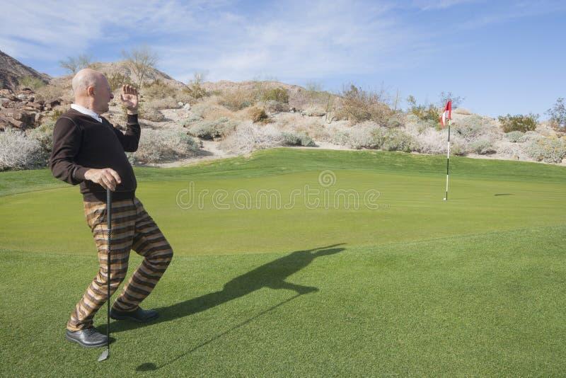 Πλήρες μήκος του ανώτερου αρσενικού παίκτη γκολφ που εξετάζει μακριά το γήπεδο του γκολφ στοκ εικόνες με δικαίωμα ελεύθερης χρήσης