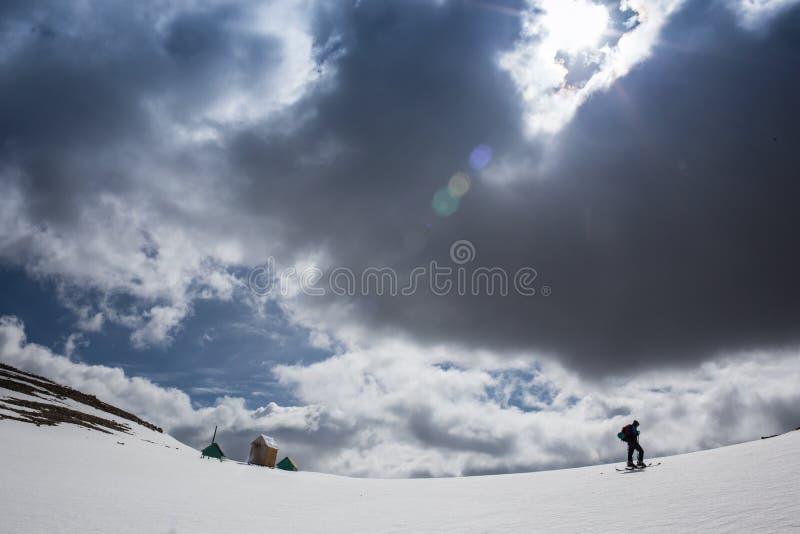 Πλήρες μήκος του σκιέρ που κάνει σκι στο φρέσκο χιόνι σκονών στοκ εικόνα με δικαίωμα ελεύθερης χρήσης