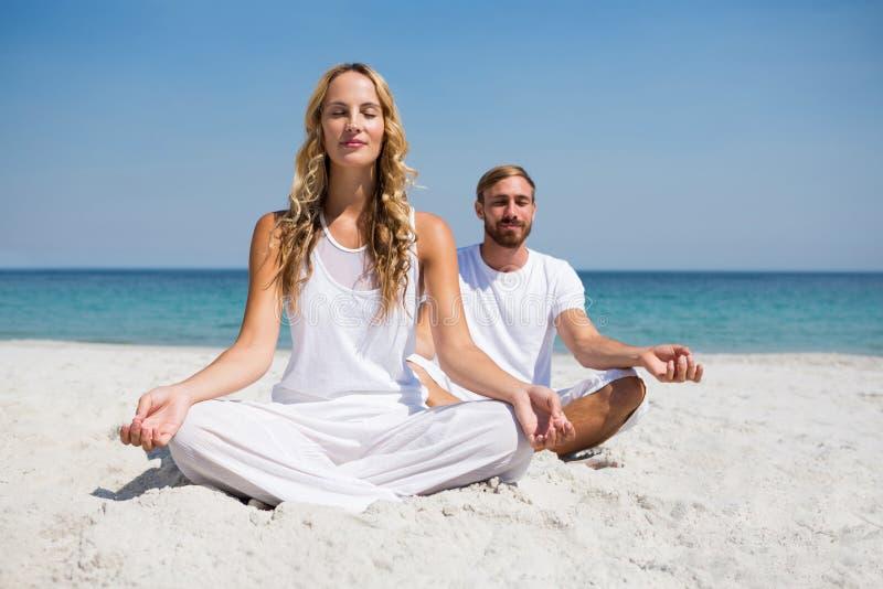 Πλήρες μήκος του χαμογελώντας ζεύγους που ασκεί στην παραλία στοκ φωτογραφία με δικαίωμα ελεύθερης χρήσης