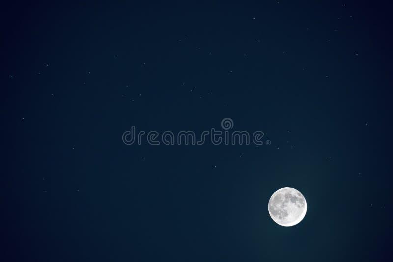 Πλήρες μπλε φεγγάρι με το αστέρι στο σκοτεινό υπόβαθρο νυχτερινού ουρανού στοκ εικόνα με δικαίωμα ελεύθερης χρήσης