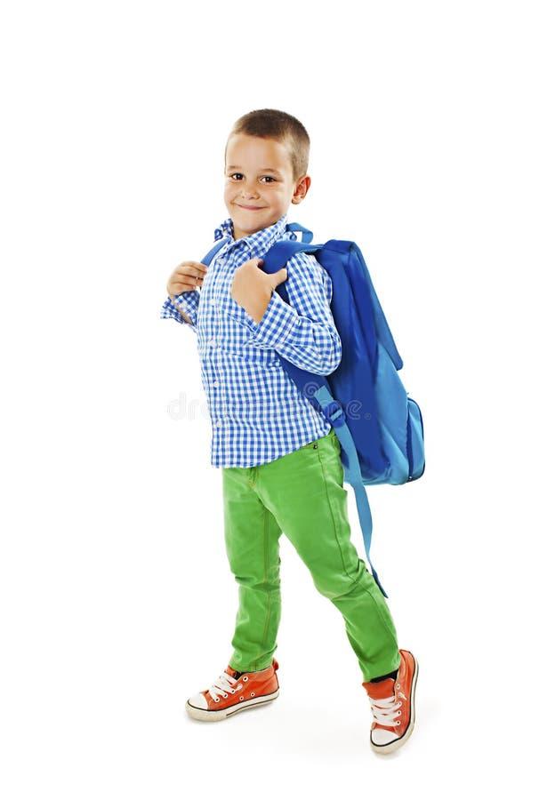 Πλήρες πορτρέτο μήκους ενός χαμογελώντας σχολικού αγοριού με το σακίδιο πλάτης στοκ εικόνες