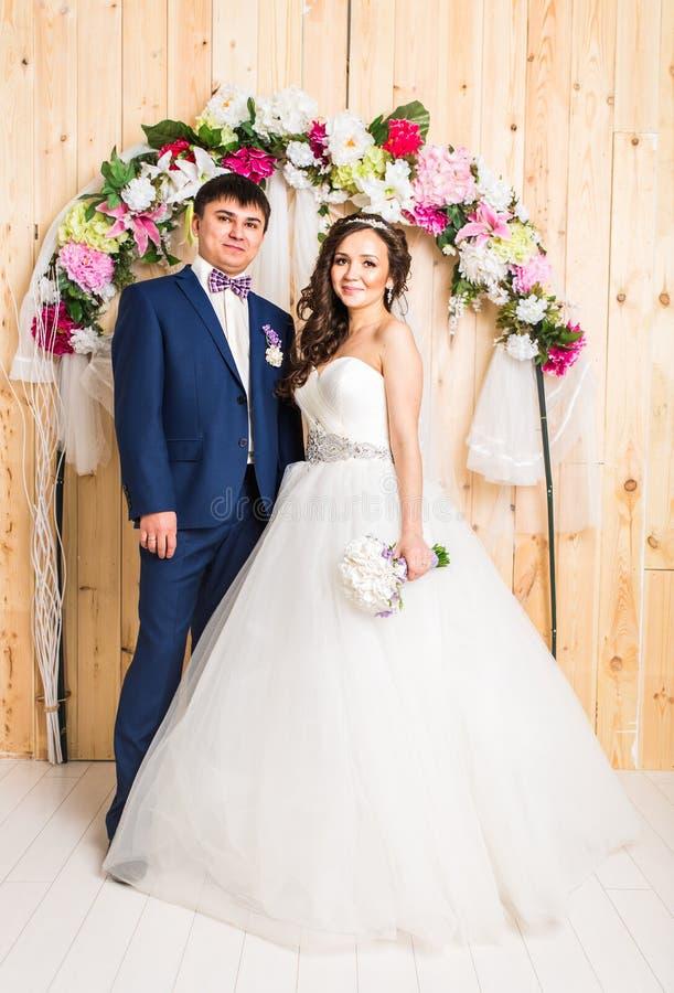 Πλήρες πορτρέτο μήκους μιας νέων νύφης και ενός νεόνυμφου που θέτουν από κοινού στοκ εικόνες με δικαίωμα ελεύθερης χρήσης