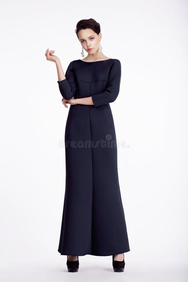 Πλήρες πορτρέτο μήκους της κομψής γυναίκας στο μακρύ φόρεμα στοκ εικόνα