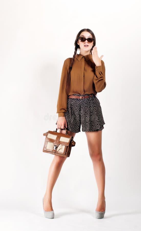 Πλήρες πορτρέτο μήκους του καθιερώνοντος τη μόδα κοριτσιού hipster Αστική έννοια μόδας στοκ εικόνα