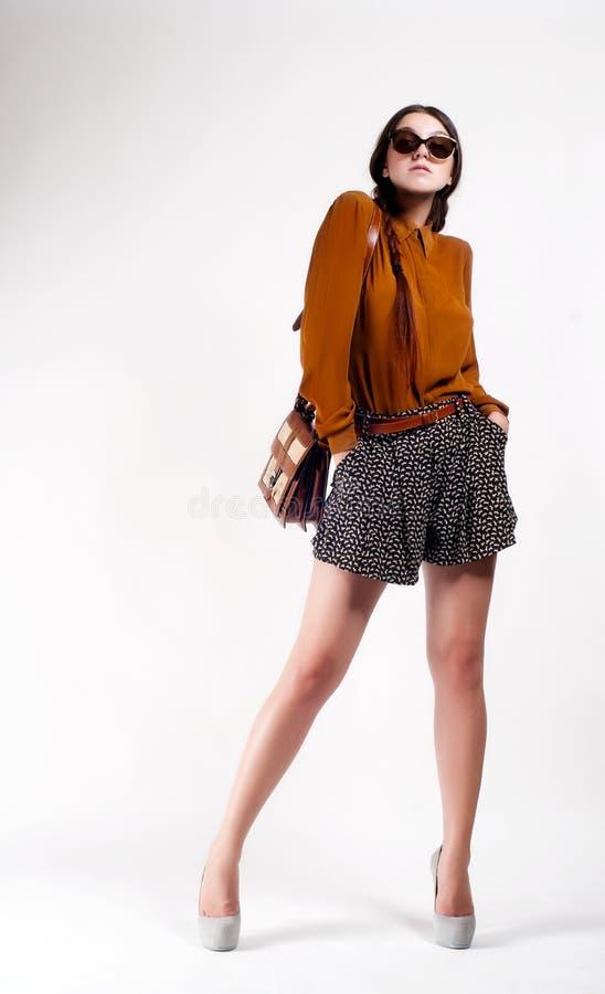 Πλήρες πορτρέτο μήκους του καθιερώνοντος τη μόδα κοριτσιού hipster Αστική έννοια μόδας στοκ φωτογραφία