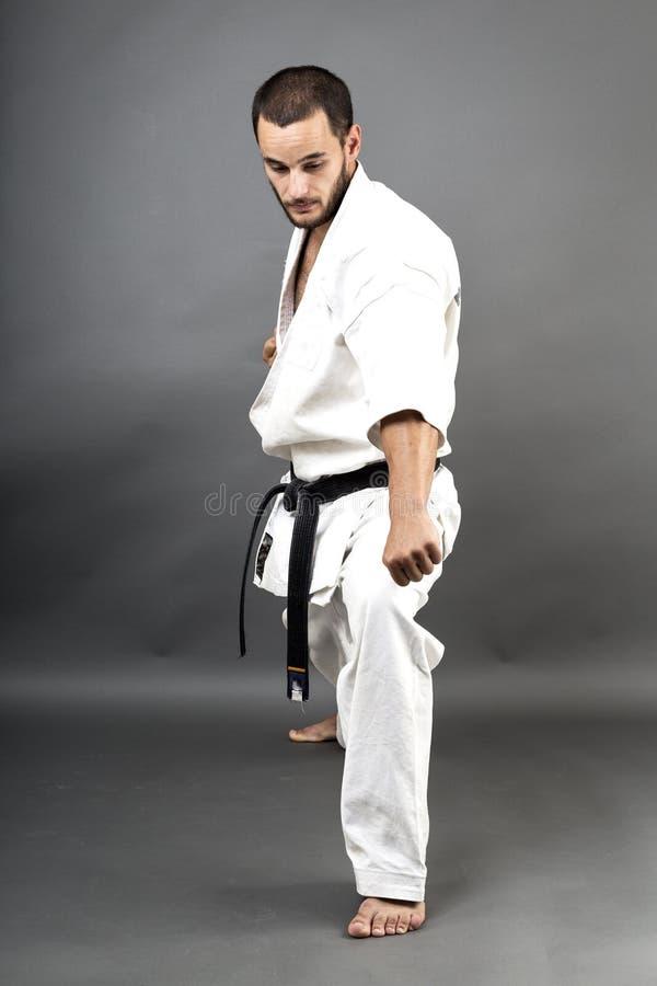 Πλήρες πορτρέτο μήκους του νεαρού άνδρα στο άσπρο κιμονό και τη μαύρη ζώνη στοκ εικόνες με δικαίωμα ελεύθερης χρήσης