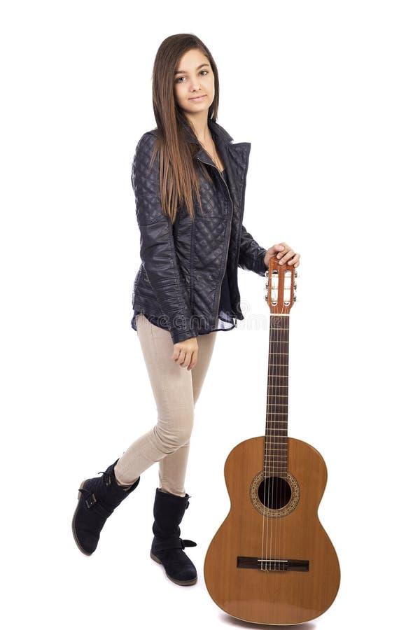 Πλήρες πορτρέτο μήκους του όμορφου κοριτσιού με μια κιθάρα στοκ φωτογραφία με δικαίωμα ελεύθερης χρήσης