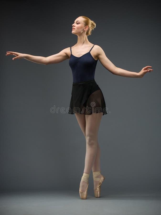 Πλήρες πορτρέτο μήκους του ballerina χορού στοκ εικόνες