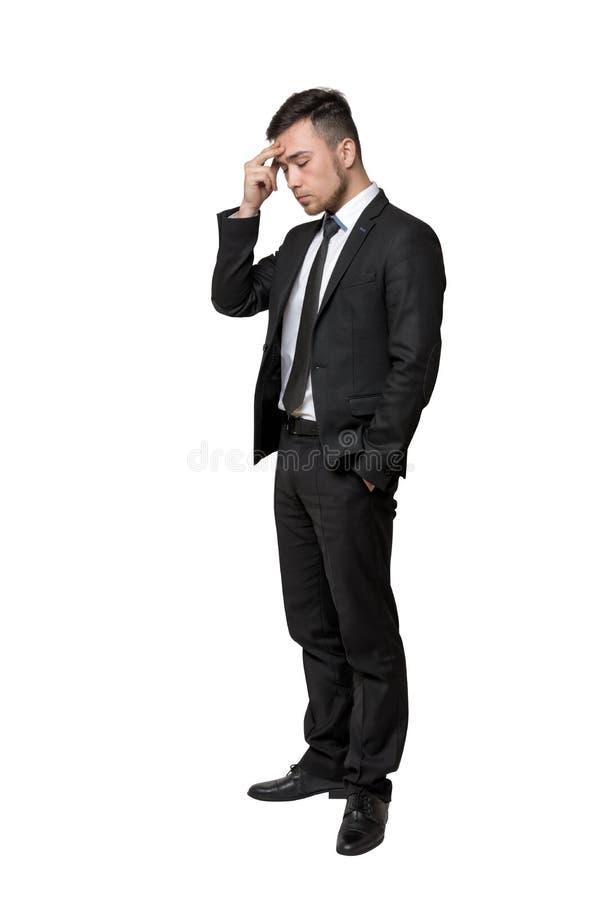 Πλήρες πορτρέτο του νεαρού άνδρα στο επιχειρησιακό κοστούμι, που σκέφτεται για κάτι, που απομονώνεται σε ένα άσπρο υπόβαθρο στοκ εικόνα