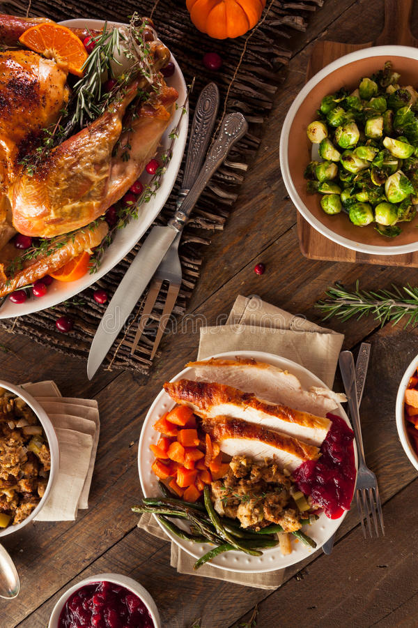Πλήρες σπιτικό γεύμα ημέρας των ευχαριστιών στοκ φωτογραφίες με δικαίωμα ελεύθερης χρήσης