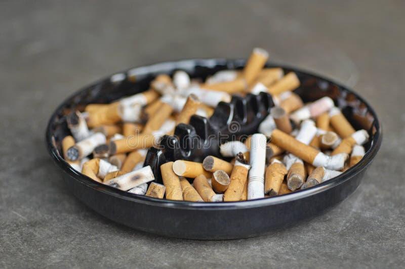 Πλήρες ashtray των τσιγάρων στον πίνακα, κινηματογράφηση σε πρώτο πλάνο στοκ φωτογραφίες με δικαίωμα ελεύθερης χρήσης