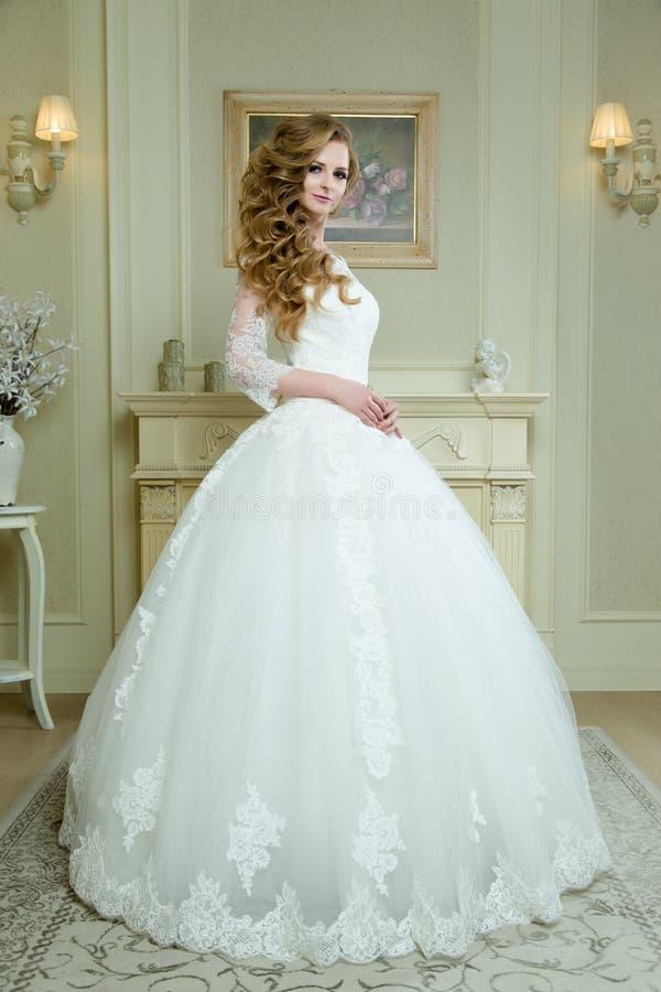 Πλήρης άποψη μήκους σχετικά με την όμορφη τοποθέτηση γυναικών σε ένα γαμήλιο φόρεμα στοκ φωτογραφία με δικαίωμα ελεύθερης χρήσης