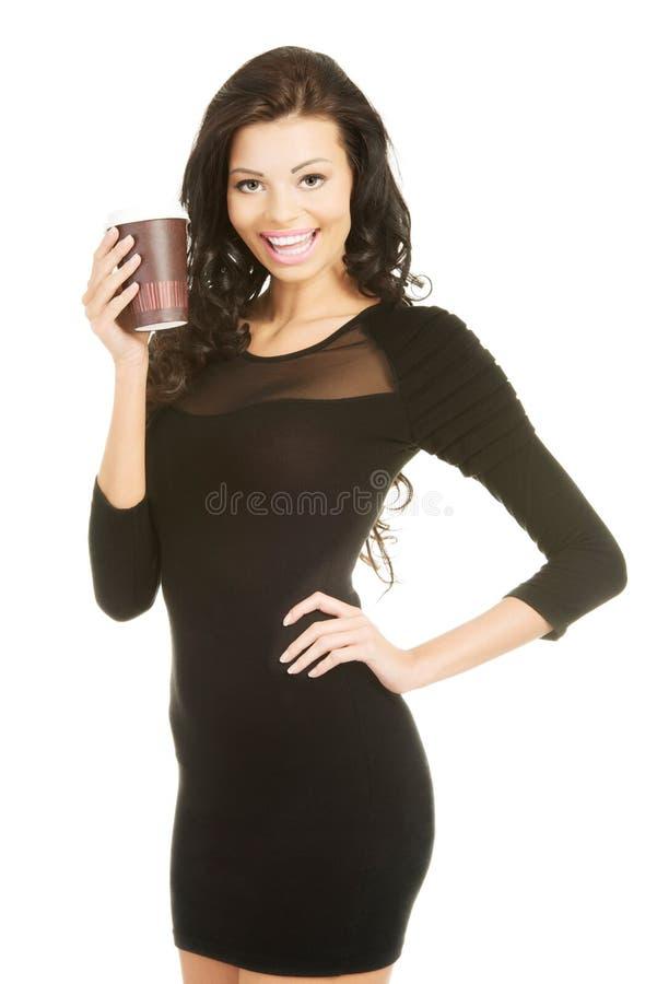 Πλήρης γυναίκα μήκους που κρατά ένα φλιτζάνι του καφέ στοκ φωτογραφία με δικαίωμα ελεύθερης χρήσης