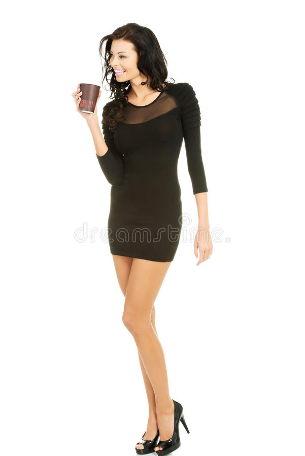 Πλήρης γυναίκα μήκους που κρατά ένα φλιτζάνι του καφέ στοκ εικόνες με δικαίωμα ελεύθερης χρήσης