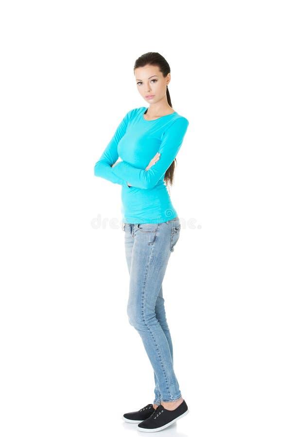 Πλήρης γυναίκα μήκους που στέκεται με τα διπλωμένα όπλα στοκ εικόνες