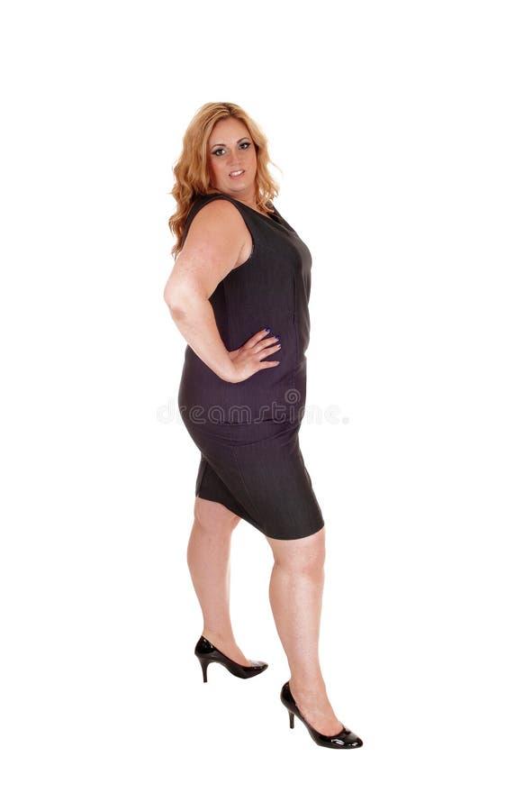 Πλήρης εικόνα μήκους της γυναίκας στο γκρίζο φόρεμα στοκ εικόνα με δικαίωμα ελεύθερης χρήσης