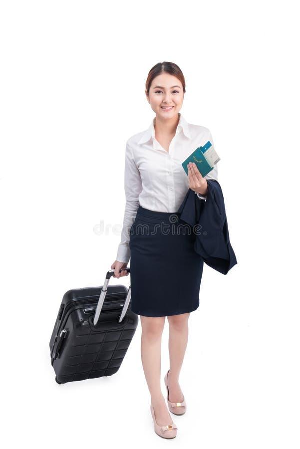 Πλήρης επιχειρησιακή γυναίκα σωμάτων που ταξιδεύει με τη βαλίτσα και που κρατά το χορευτικό βήμα στοκ εικόνες