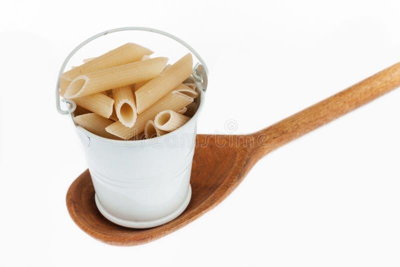 Πλήρης κάδος των στάσεων ζυμαρικών σε ένα ξύλινο κουτάλι στοκ φωτογραφία με δικαίωμα ελεύθερης χρήσης