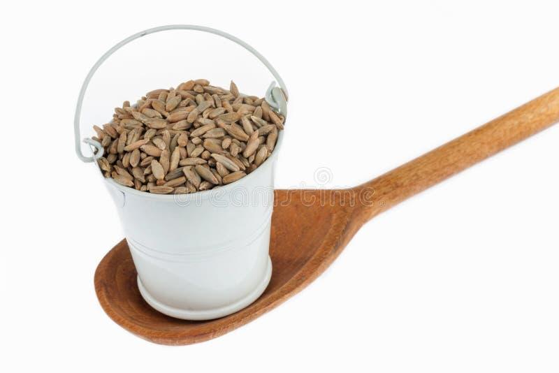 Πλήρης κάδος των στάσεων σιταριών σίκαλης σε ένα ξύλινο κουτάλι στοκ φωτογραφίες με δικαίωμα ελεύθερης χρήσης