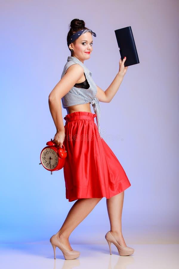 Πλήρης προκλητική γυναίκα κοριτσιών μήκους pinup με το ρολόι στοκ εικόνα με δικαίωμα ελεύθερης χρήσης