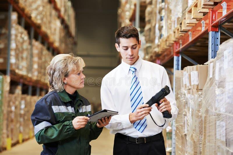 Πλήρωμα αποθηκών εμπορευμάτων στην εργασία στοκ φωτογραφία