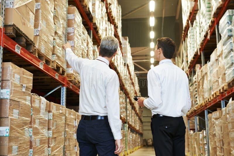Πλήρωμα αποθηκών εμπορευμάτων στην εργασία στοκ φωτογραφία με δικαίωμα ελεύθερης χρήσης