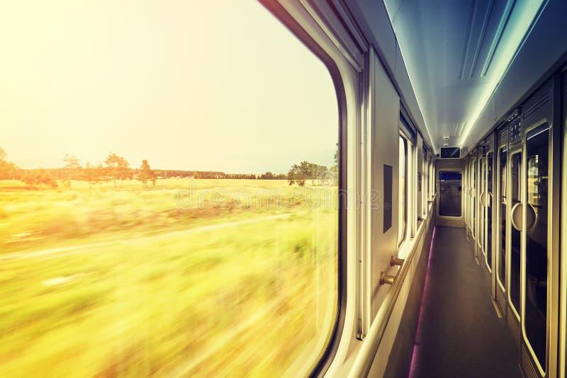 Πλαίσιο παραθύρων στο τραίνο στο ηλιοβασίλεμα, έννοια ταξιδιού στοκ φωτογραφία με δικαίωμα ελεύθερης χρήσης