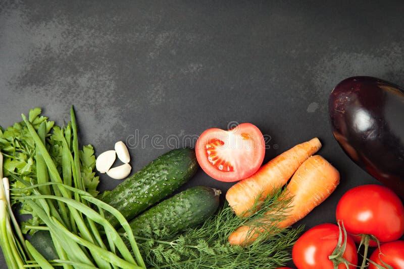 Πλαίσιο τροφίμων λαχανικά για το μαγείρεμα, στο σκοτεινό υπόβαθρο Πλαίσιο Τοπ άποψη, έμβλημα στοκ φωτογραφία