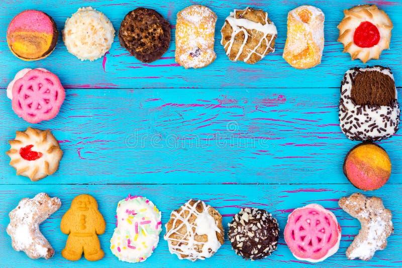 Πλαίσιο των ζωηρόχρωμων ανάμεικτων μπισκότων ή των μπισκότων στοκ εικόνες