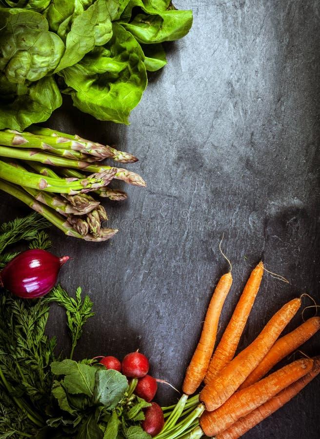 Πλαίσιο φρέσκων λαχανικών στην κατασκευασμένη πλάκα στοκ εικόνα