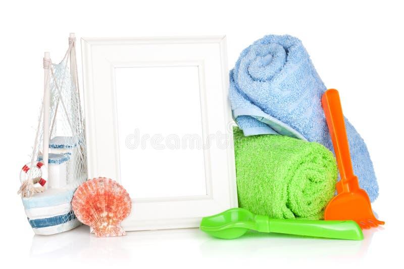 Πλαίσιο φωτογραφιών με τις πετσέτες και τα παιχνίδια παραλιών στοκ φωτογραφίες με δικαίωμα ελεύθερης χρήσης