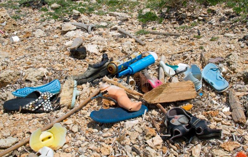 Πλαστικά απορρίματα που πλένονται στην ξηρά στοκ φωτογραφία με δικαίωμα ελεύθερης χρήσης
