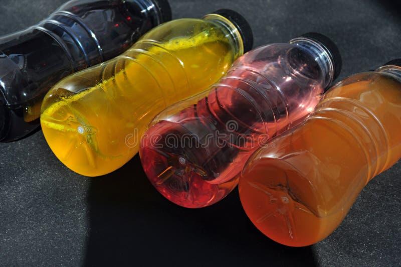 Πλαστικά μπουκάλια με το χρωματισμένο υγρό στοκ εικόνες