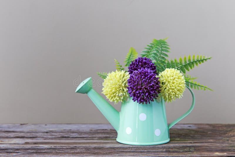 Πλαστικά λουλούδια και βάζο στοκ φωτογραφίες