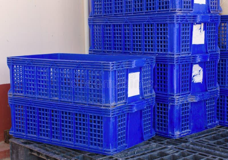 πλαστικά συσσωρευμένα κλουβί εμπορευματοκιβώτια συσκευασίας προϊόντων στοκ εικόνα με δικαίωμα ελεύθερης χρήσης