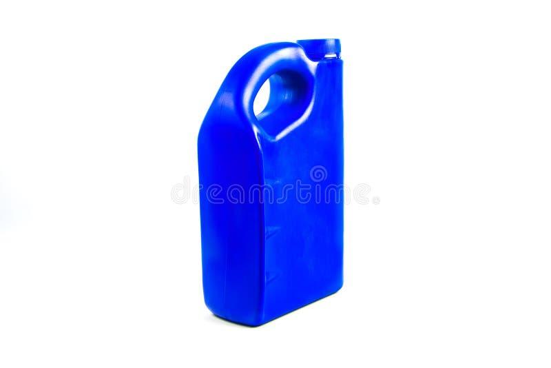 Πλαστικό εμπορευματοκιβώτιο για το πετρέλαιο μηχανών που απομονώνεται, μπουκάλι πετρελαίου αυτοκινήτων στοκ φωτογραφία
