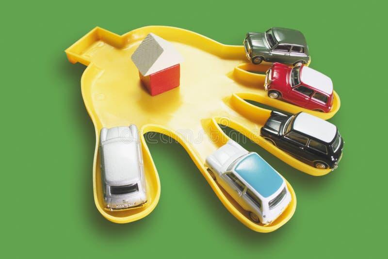 Πλαστικό χέρι με τα αυτοκίνητα παιχνιδιών στοκ φωτογραφίες με δικαίωμα ελεύθερης χρήσης