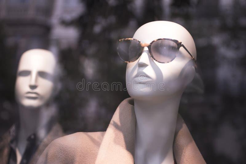 Πλαστό μανεκέν γυαλιών ηλίου καταστημάτων μόδας καταστημάτων στοκ φωτογραφίες