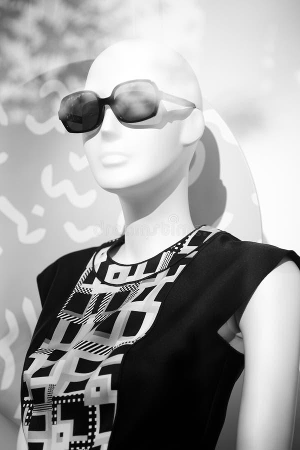 Πλαστό μανεκέν γυαλιών ηλίου καταστημάτων μόδας καταστημάτων στοκ φωτογραφία