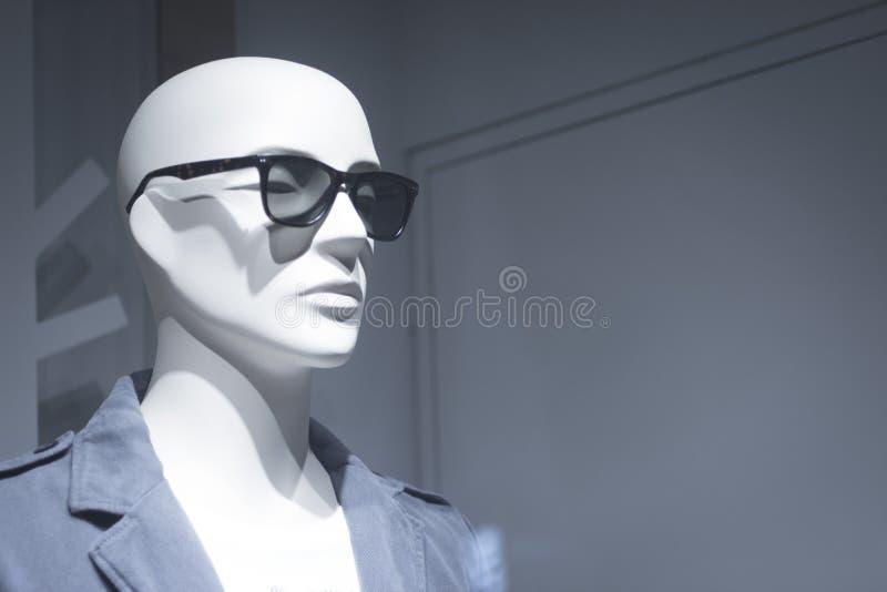 Πλαστό μανεκέν ενδυμάτων καταστημάτων μόδας καταστημάτων στοκ φωτογραφία