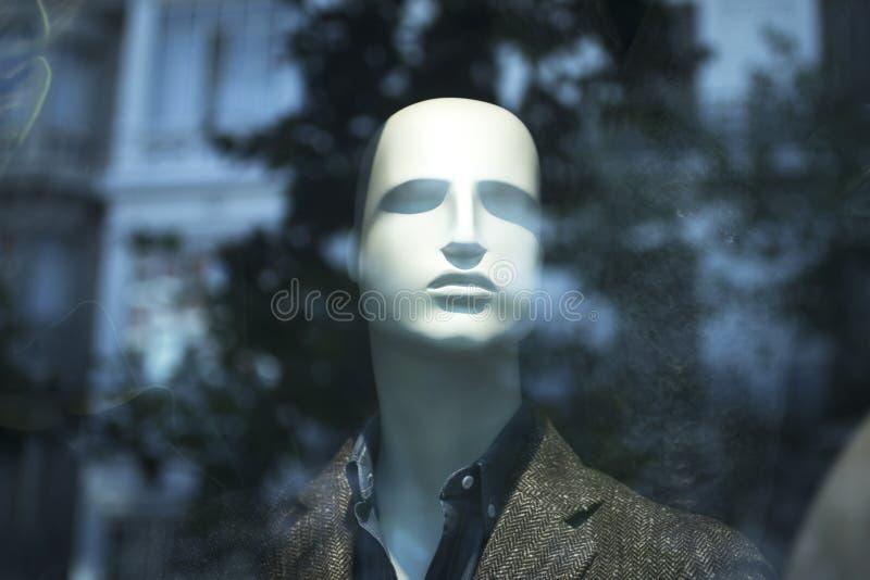 Πλαστό μανεκέν ενδυμάτων καταστημάτων μόδας καταστημάτων στοκ φωτογραφία με δικαίωμα ελεύθερης χρήσης