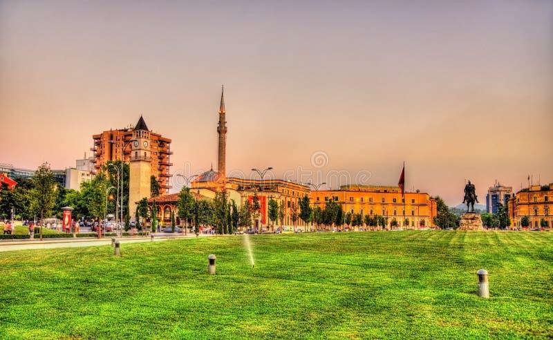 Πλατεία του Σκεντέρμπεη με το άγαλμά του στα Τίρανα στοκ φωτογραφίες