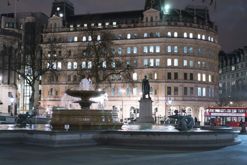 Πλατεία Τραφάλγκαρ τη νύχτα Λονδίνο UK στοκ φωτογραφία