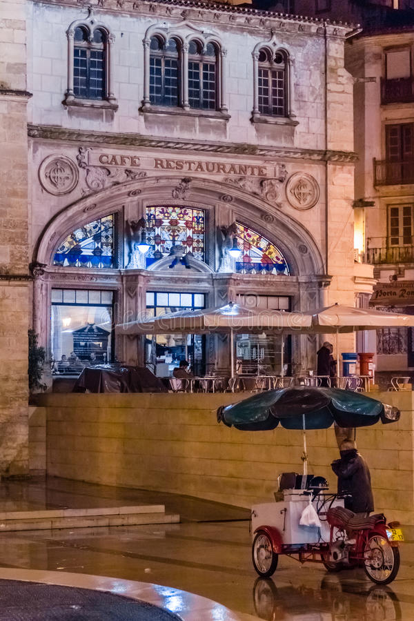 πλατεία 8 de Maio τη νύχτα Κοΐμπρα Πορτογαλία στοκ εικόνες