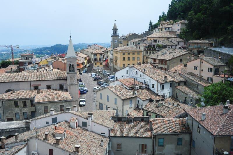Πλατεία grande και εκκλησία της ψήφου σε Borgo Maggiore στοκ εικόνα με δικαίωμα ελεύθερης χρήσης