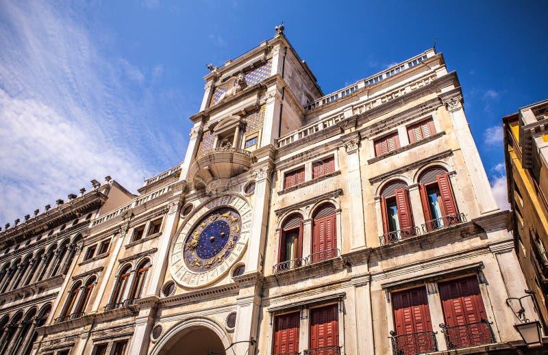 Πλατεία SAN Marco με τη βασιλική του σημαδιού Αγίου και τον πύργο κουδουνιών του ST Mark& x27 καμπαναριό του s στοκ εικόνες